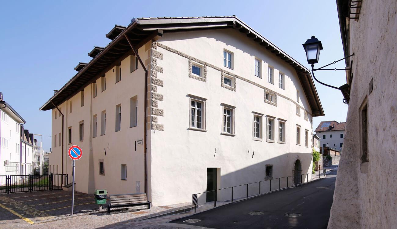 Historisches Gebäude mit Geschäftsflächen