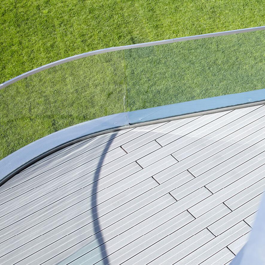 Erba e balcone in vetro