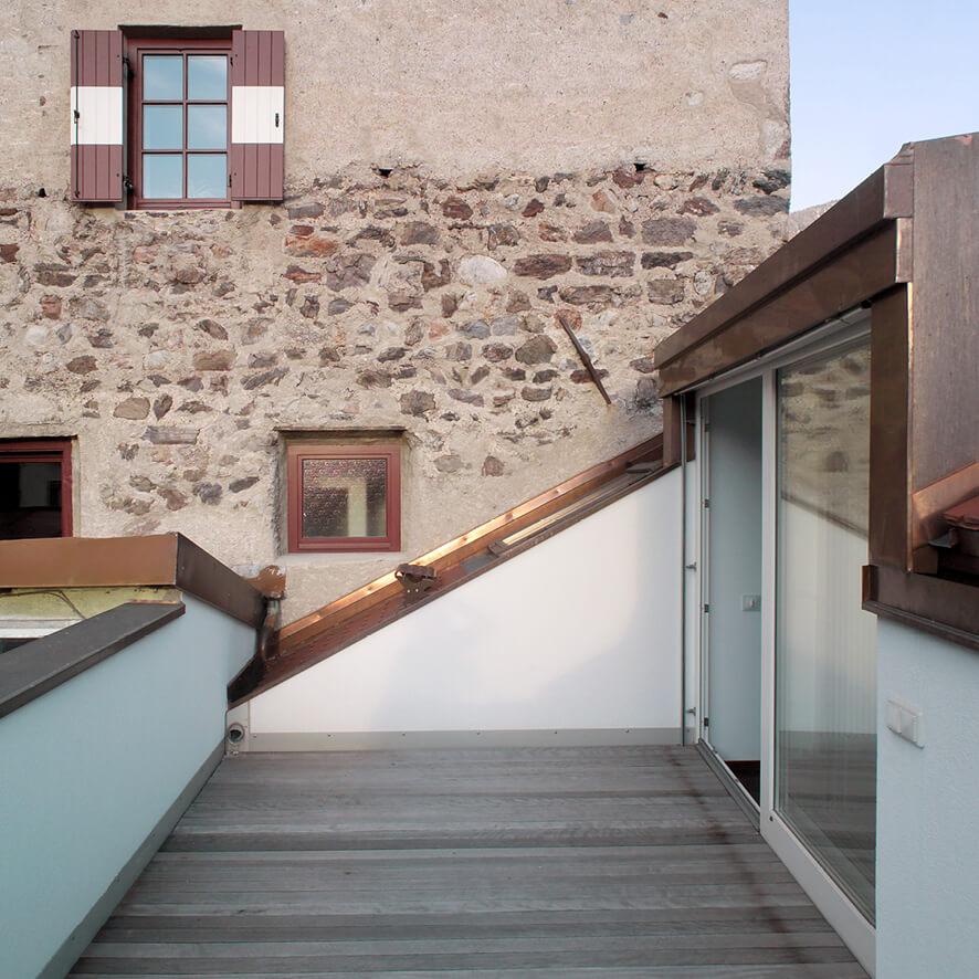 Terrasse vor historischer Kulisse