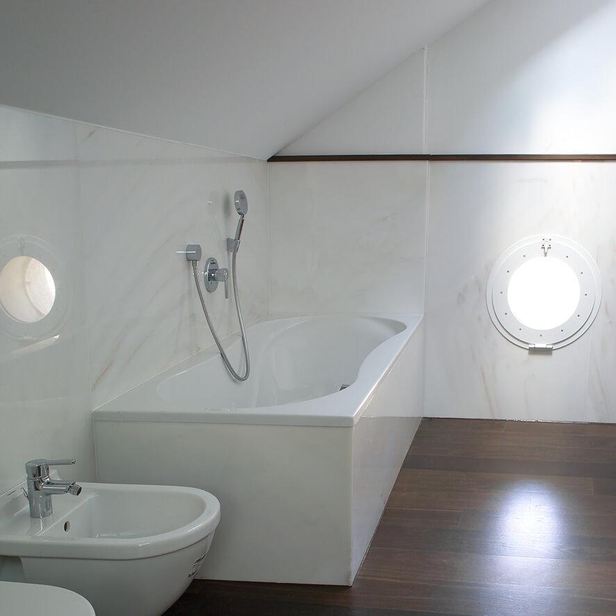 Bad in Göflaner Marmor ausgekleidet