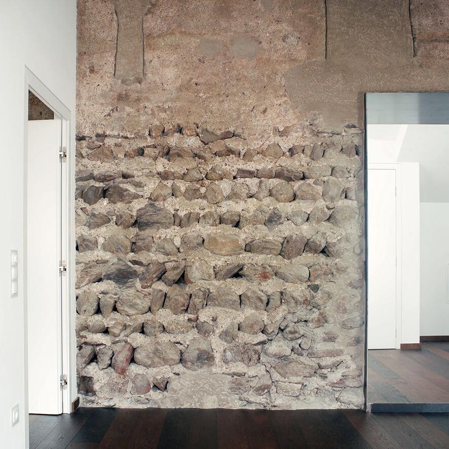 Frei gelegte romanische Mauern