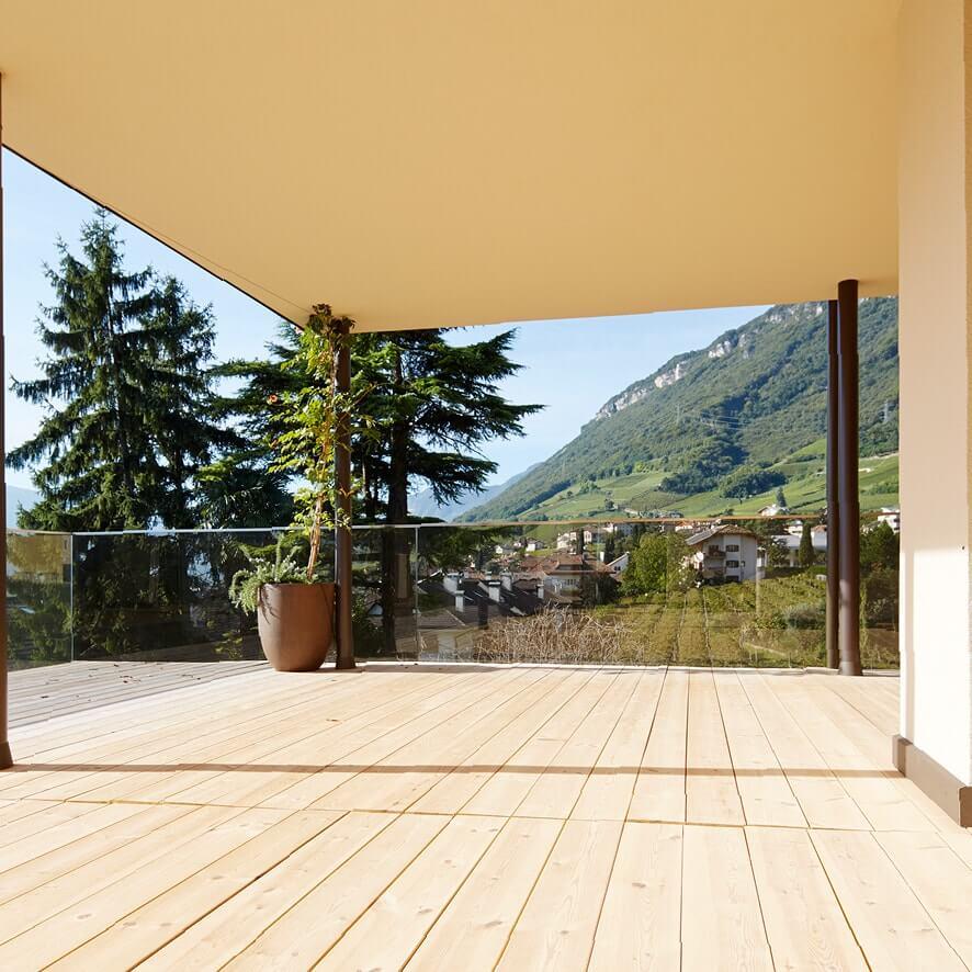 Pfanzelter – Terrasse mit grünem Hintergrund